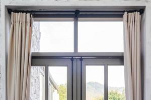 salon intérieur avec fenêtre et rideaux