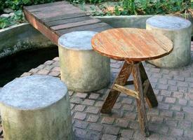 espagne, 2020 - table en bois et chaises en ciment photo