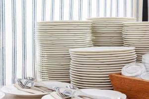 assiettes et couverts blancs