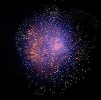 feux d'artifice violet et rouge