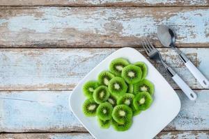 kiwi frais sur assiette photo