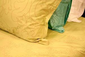 oreillers sur un lit
