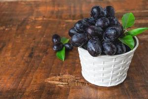 raisins noirs dans le panier photo