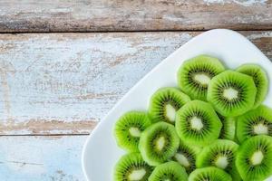 kiwi vert sur une assiette photo