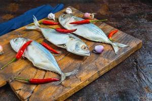 poisson maquereau sur une planche à découper photo