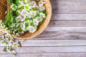 fleurs dans un panier