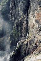 cascade à travers la montagne brune photo