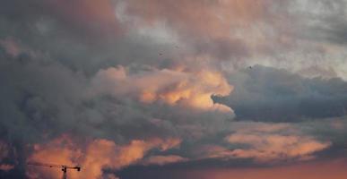 nuages rouges à l'aube