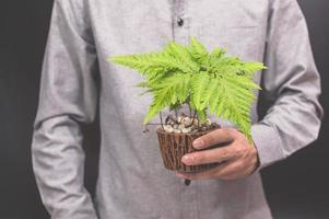 main tenant un pot de fleur