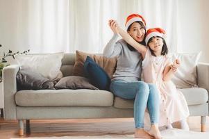 maman et fille célébrant noël photo