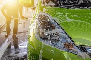 lavage de voiture avec mousse