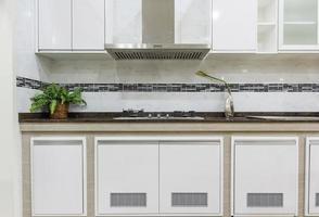 cuisine moderne avec ustensiles de cuisine contemporains