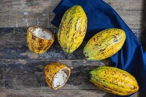 Fruits de cacao frais sur table en bois
