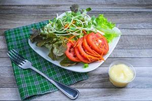 salade sur une assiette et un chiffon photo