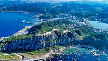 montagnes vertes près de l'océan photo