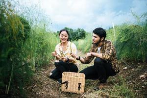 Jeune couple d'agriculteurs récolte des asperges fraîches dans le champ