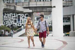 couple heureux marchant ensemble dans la ville