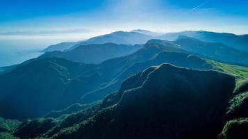 montagnes brumeuses et un ciel bleu