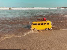 bus jouet dans l'eau de l'océan photo