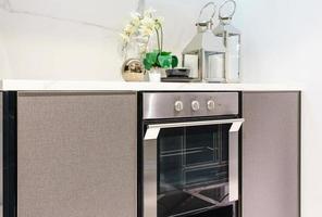 Intérieur de cuisine moderne avec avec appareils intégrés