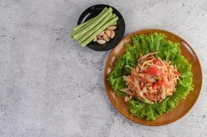 salade de papaye thaï avec haricots longs et ail photo