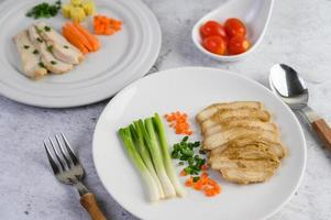poitrine de poulet cuite à la vapeur avec oignons nouveaux et carottes hachées