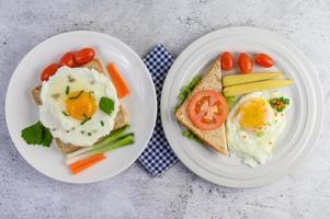 un œuf frit avec du pain grillé, des carottes, du maïs et des oignons nouveaux