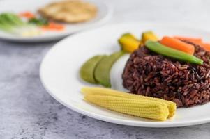 riz noir avec citrouille, pois, carottes et maïs miniature