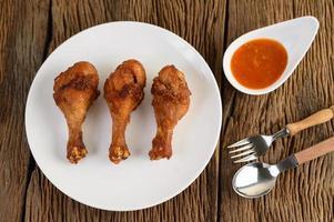 poulet frit sur une plaque blanche photo