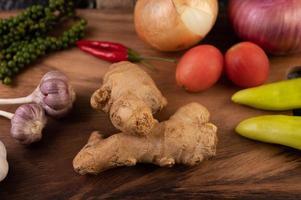 gros plan de gingembre, piment, ail et graines de poivre frais