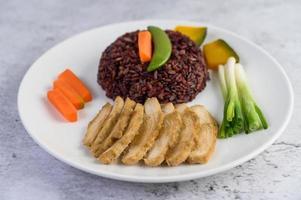 riz noir avec potiron, pois, carottes, mini maïs et poitrine de poulet cuite à la vapeur