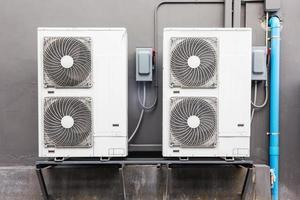 de nombreux compresseurs d'air externes installés à l'extérieur du bâtiment