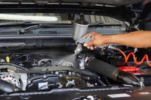 ingénieur automobile faisant la maintenance