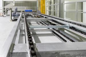 Détail de la chaîne du convoyeur à rouleaux sur la ligne de production - DOF peu profond