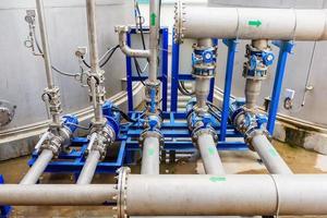 tuyaux industriels dans le bâtiment photo