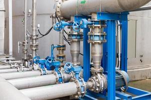 pompes à eau bleues et argentées photo