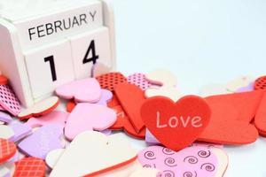 calendrier en bois du 14 février avec des coeurs