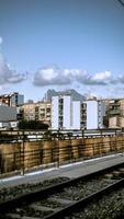 Madrid, Espagne, 2020 - bâtiment en béton blanc sous un ciel bleu pendant la journée photo