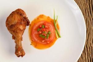cuisses de poulet frites avec sauce et légumes