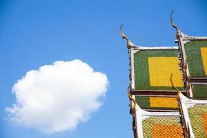 toit et ciel du temple thaïlandais