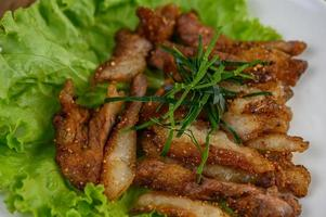 Cou de porc grillé sur une table en bois photo