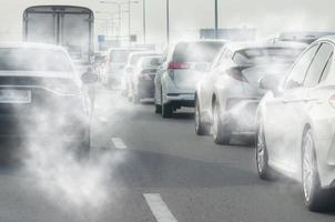 fumée de l'échappement de la voiture
