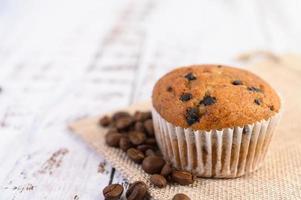 cupcakes à la banane mélangés à des pépites de chocolat photo