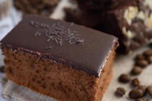 Gâteau au chocolat avec des grains de café sur une surface en bois