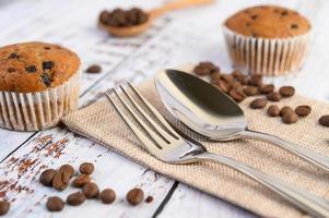 Petits gâteaux à la banane mélangés avec des pépites de chocolat sur une plaque blanche