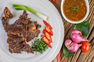 Boeuf frit la nourriture thaïlandaise sur table en bois