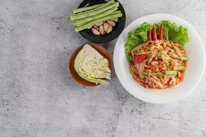 salade de papaye thaï aux haricots, chou vert et ail photo