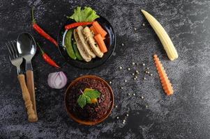 baies de riz violettes avec poitrine de poulet grillée, potiron, carottes et menthe photo
