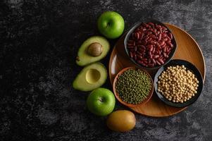 légumineuses et fruits sur fond sombre photo