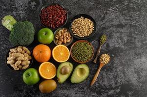 légumineuses et fruits sur fond sombre